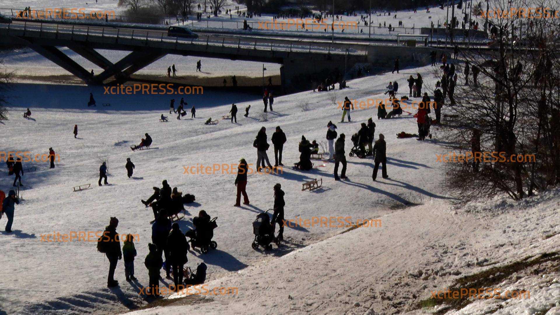 Wunderschönes Winterwetter zieht die Dresdner vor die Tür: Ansturm auf Rodelhänge und seltene Eisfläche am Elbufer
