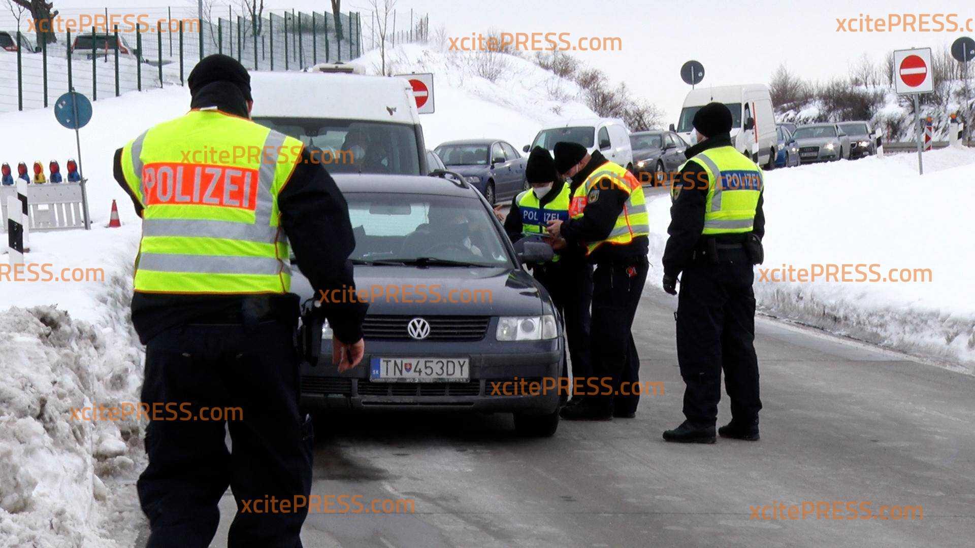 Grenzkontrollen sorgen für lange Stau auf tschechischer Seite der A17: Polizei versucht PKW zu filtern