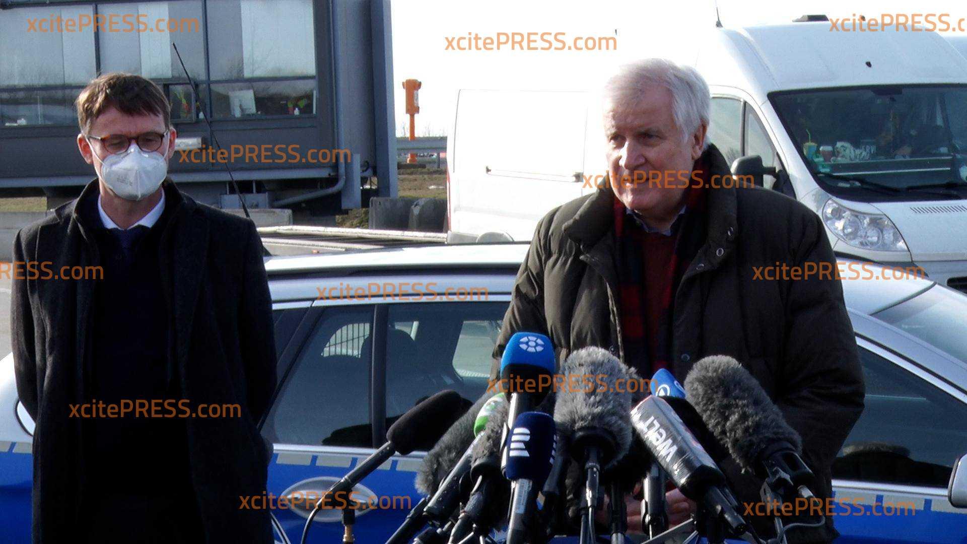 Bundesinnenminister Seehofer bei Grenzkontrollen an der A17: Verkehrslage an Kontrollstelle mittlerweile entspannt