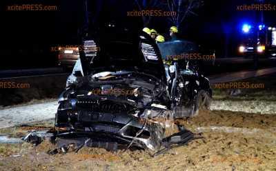 Heftiger Crash - BMW-Fahrer verunfallt und muss aus Fahrzeug gerettet werden: Fahrer lebensbedrohlich verletzt