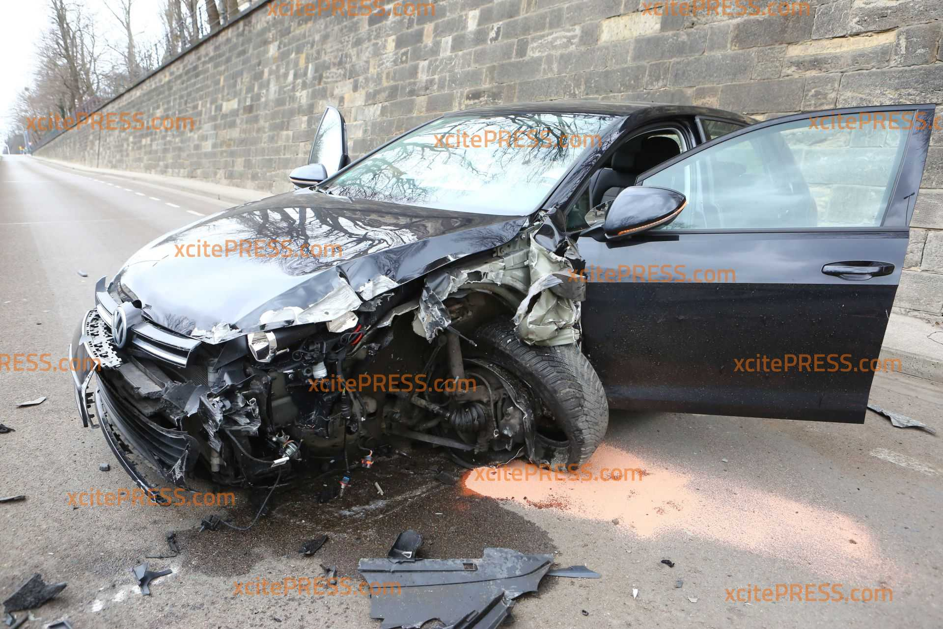 VW kollidiert mit Lampenmast und stellt sich quer: Fahrer hat Glück im Unglück und bleibt unverletzt