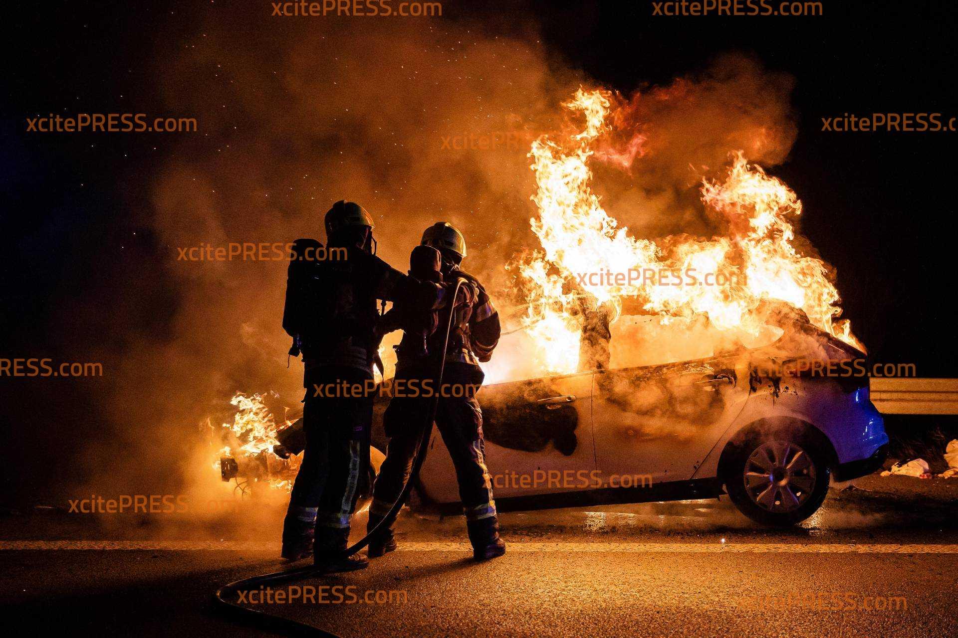 Auto gerät auf der Autobahn in Brand: Fahrzeug steht bei Ankunft der Feuerwehr vollkommen in Flammen!