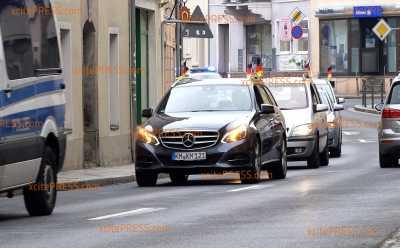 Großes Polizeiaufgebot - Wenige Fahrzeuge bei Autokorsos der Corona-Kritiker: Absperrmaßnahmen in Dresdner Innenstadt