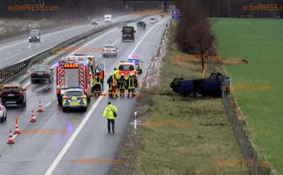 Pkw landet nach Unfall auf Autobahn auf dem Dach: War plötzlich einsetzender Schneefall die Ursache?!