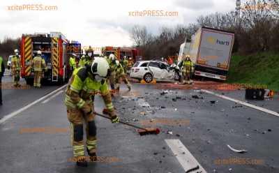Schwere Unfall auf A17 - Mercedes kollidiert mit LKW: Eine tote Person