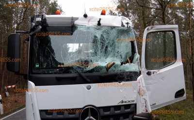LKW kollidieren seitlich miteinander: Zwei Personen verletzt