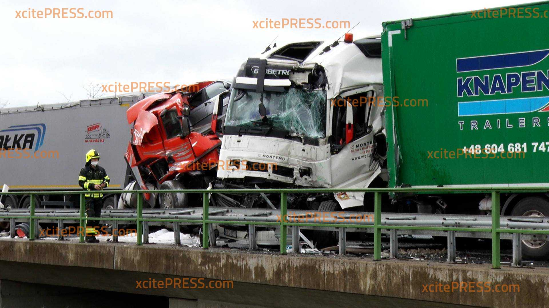 Horror-Crash auf A14 - Drei LKW krachen ineinander: Ein Brummi-Fahrer stirbt