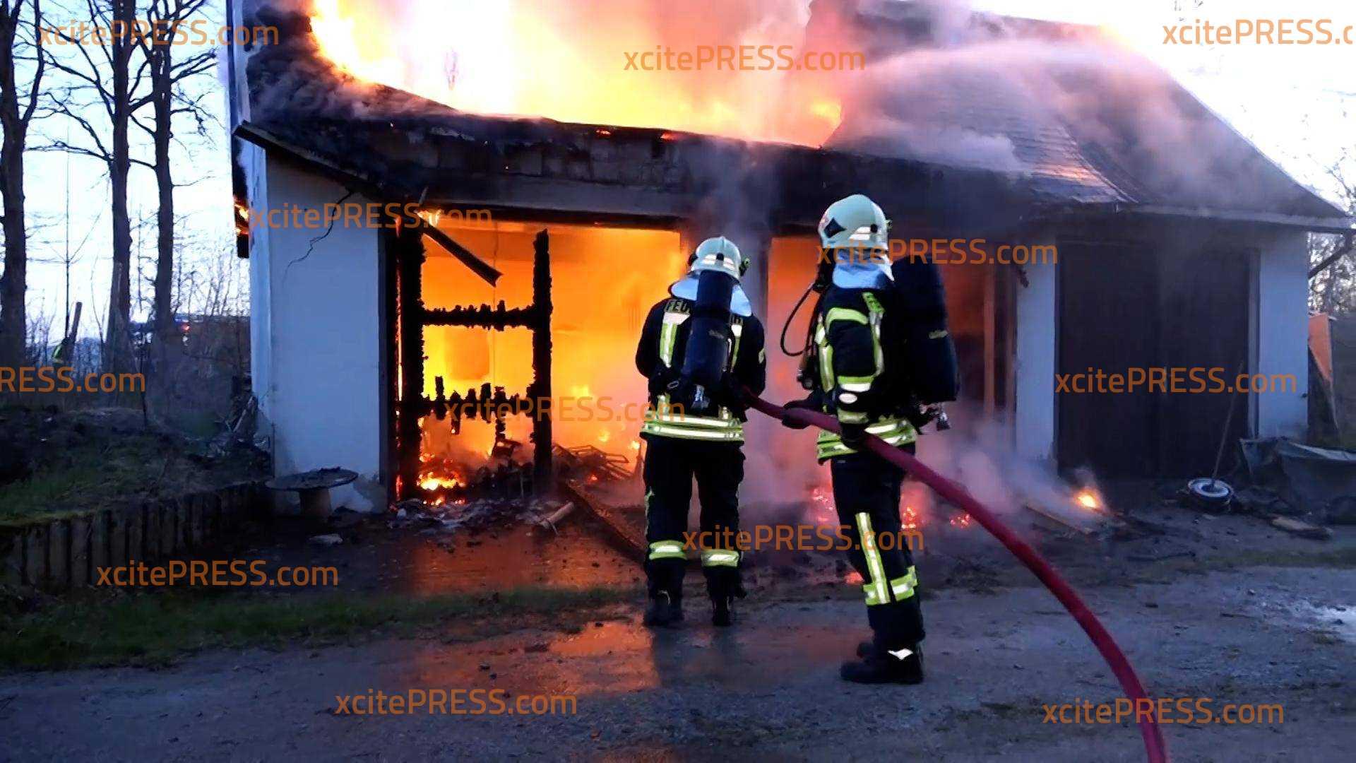 Gebäude brennt bei Bischofswerda lichterloh: Feuerwehr mit zahlreichen Einsatzkräften vor Ort