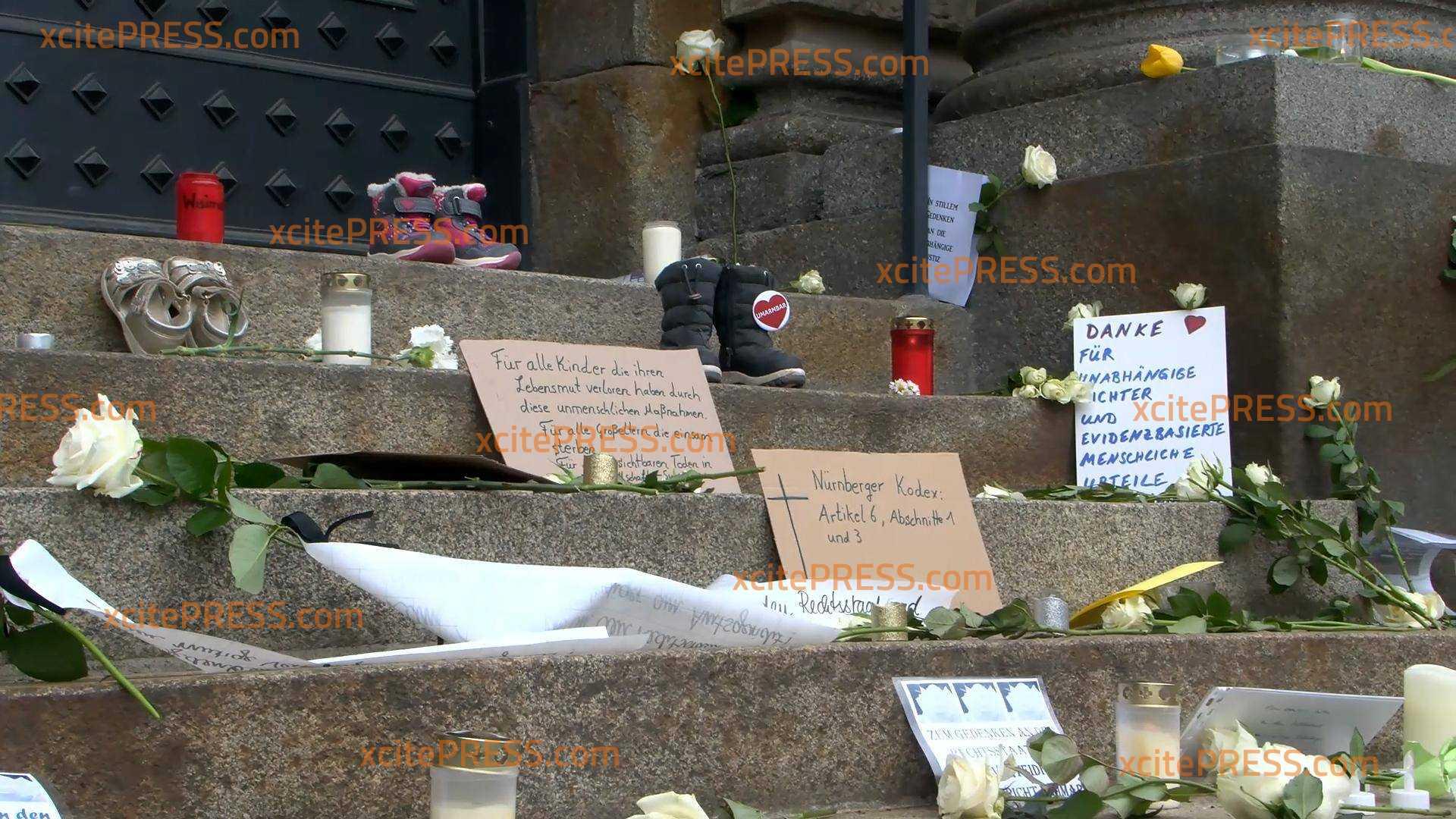 Blumen vor Gericht niedergelegt: Solidarisierung mit