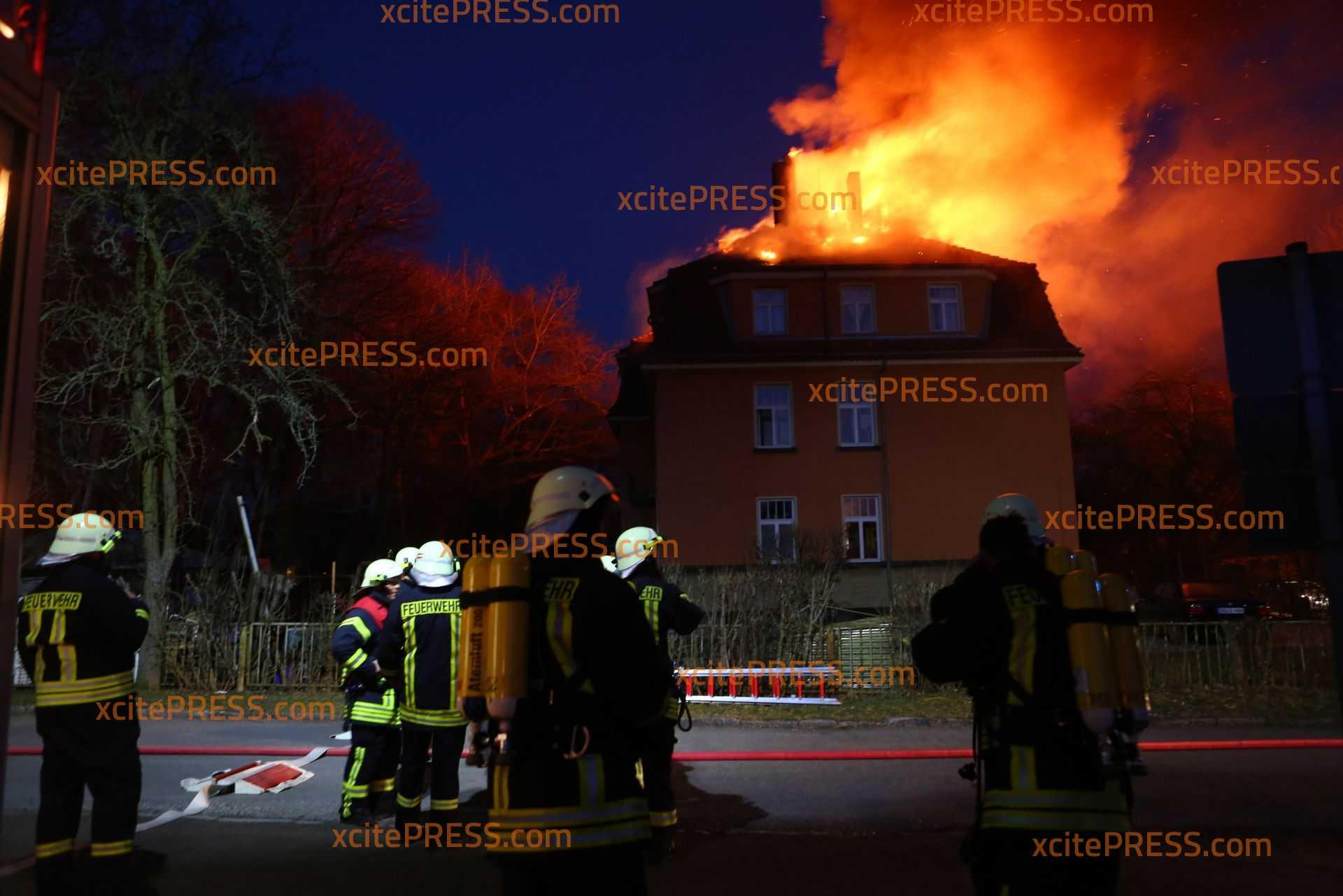 Dachstuhl von Mehrfamilienhaus in Flammen: Großeinsatz von Feuerwehr