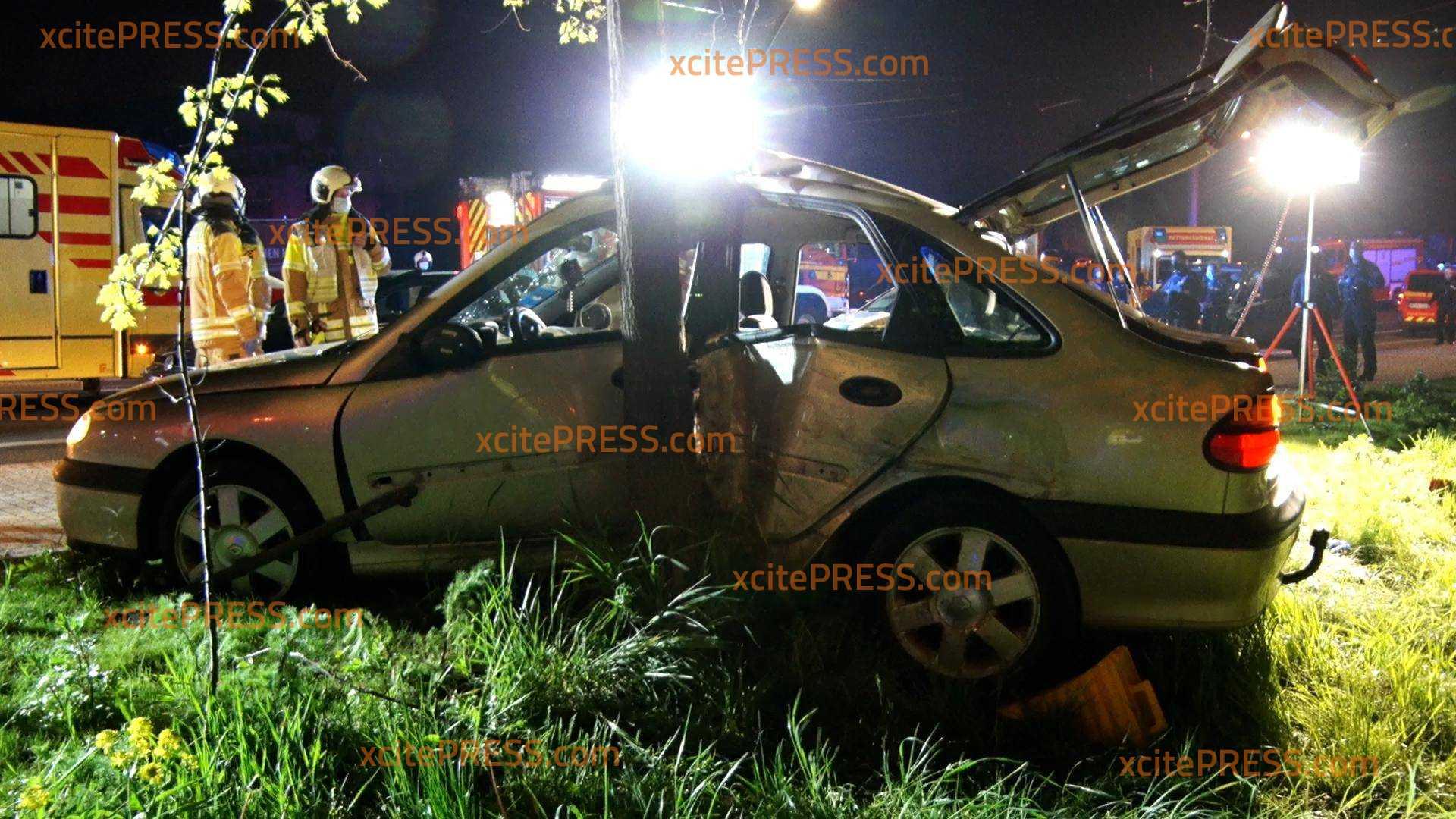 Renault kracht gegen Baum: 3 Verletzte: Fahrer soll zuvor auffällig gefahren sein und sich Haltesignal der Polizei widersetzt haben
