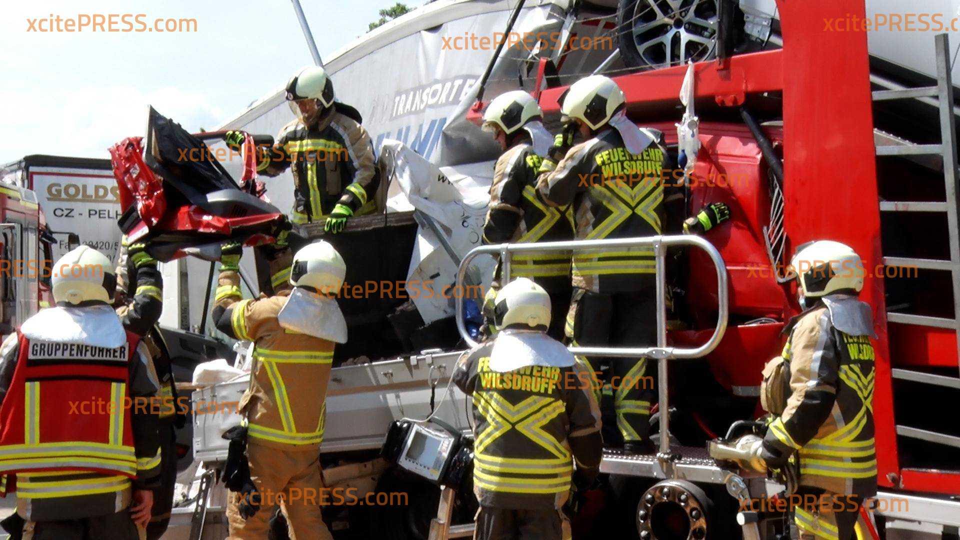 Schwerer Crash auf Autobahn - Pritschenwagen wird zwischen zwei Brummis zerquetscht: Zwei Rettungshubschrauber im Einsatz, mindestens zwei Personen verletzt