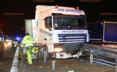 Nach Reifenplatzer: LKW kracht zunächst in PKW und dann in Leitplanke: Insgesamt 5 Verletzte - Bergung bis in den späten Abend