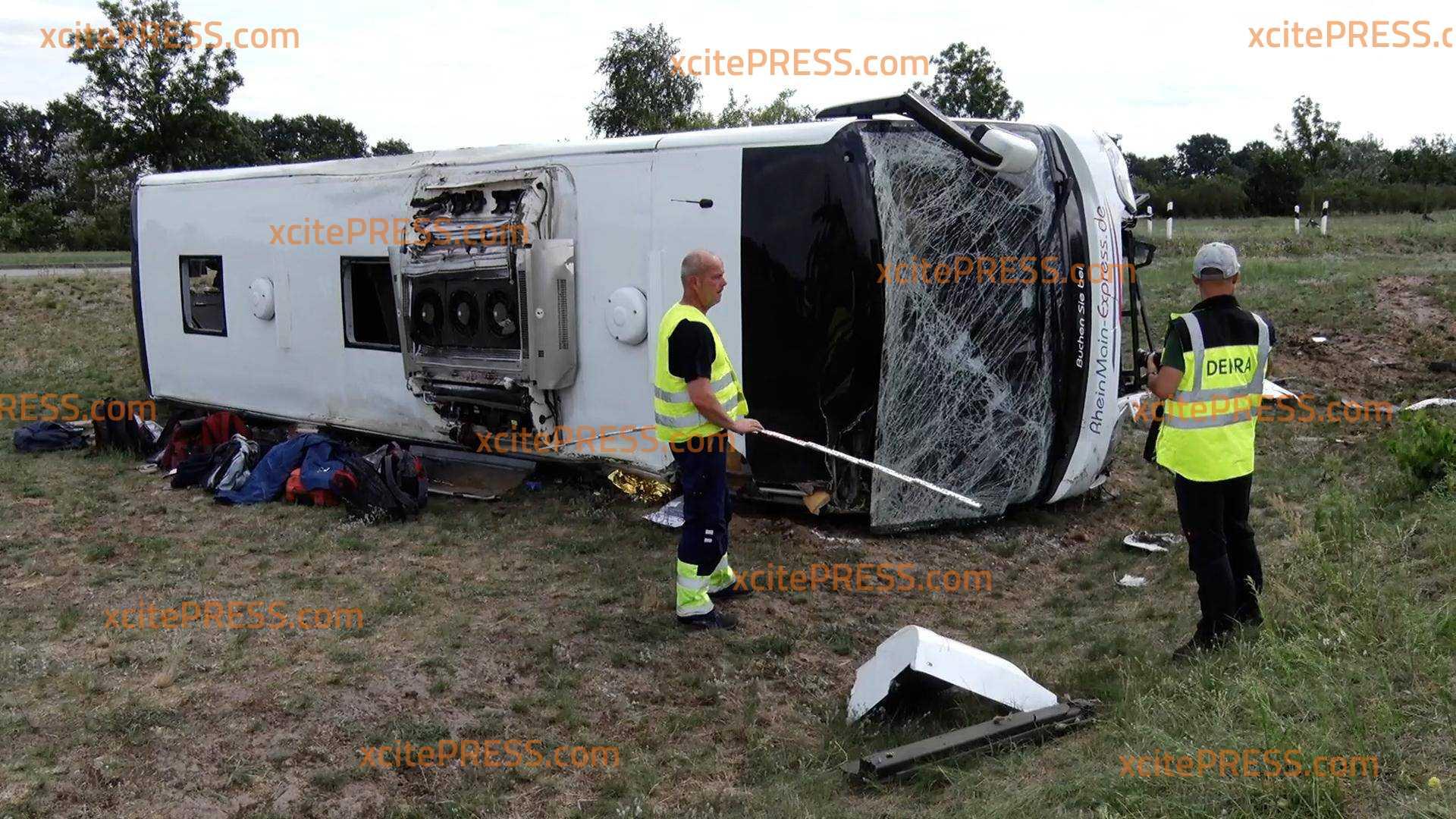 Schweres Busunglück - Reisebus kippt auf A13 um: Mehrere Personen schwer verletzt