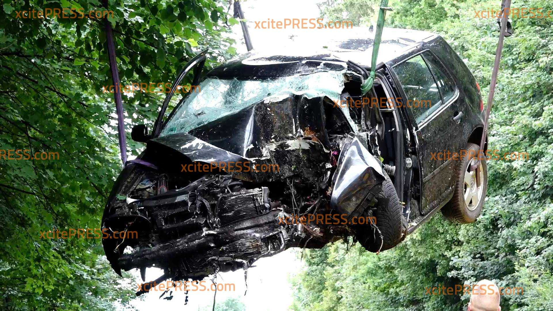 Tödlicher Crash: VW kracht in Baumgruppe - Fahrerseite wird völlig demoliert: Mann kann von Feuerwehr nur noch leblos aus Wrack geborgen werden