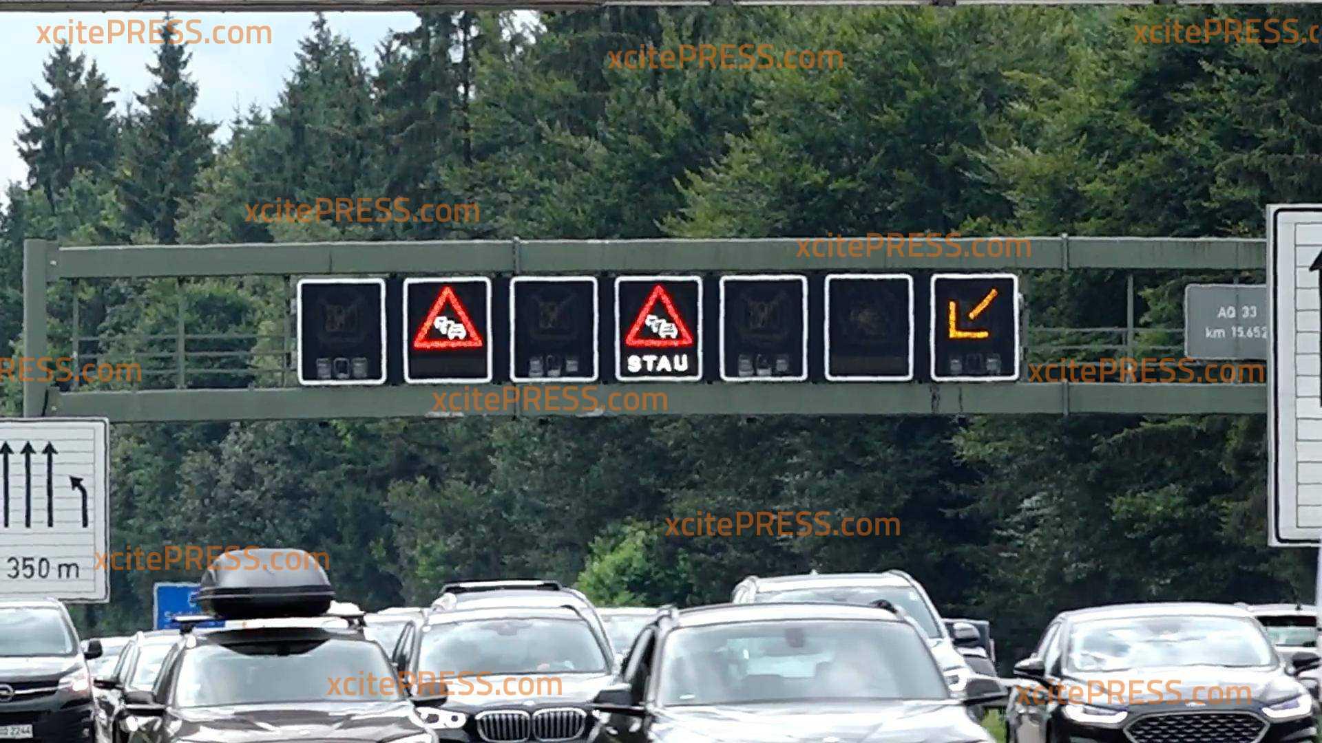 Mega-Stau auf der A8: Sommerferien führen zu Verkehrschaos: Vierspurige Autobahn 8 in Richtung Süden komplett überlastet