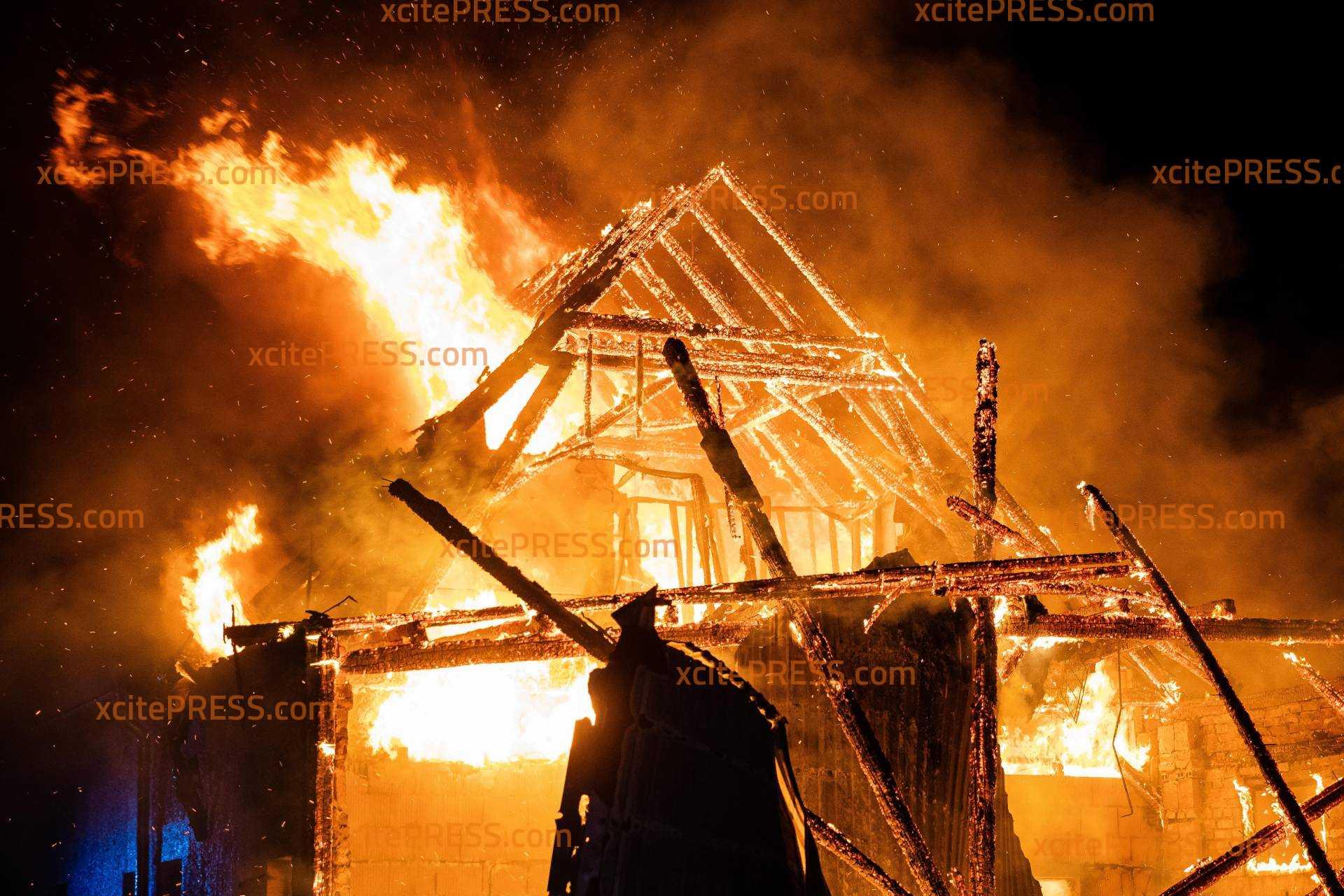 Flammeninferno in Dorf nahe Bautzen!: Brand an einem Wohnhaus - ein Mann verletzt