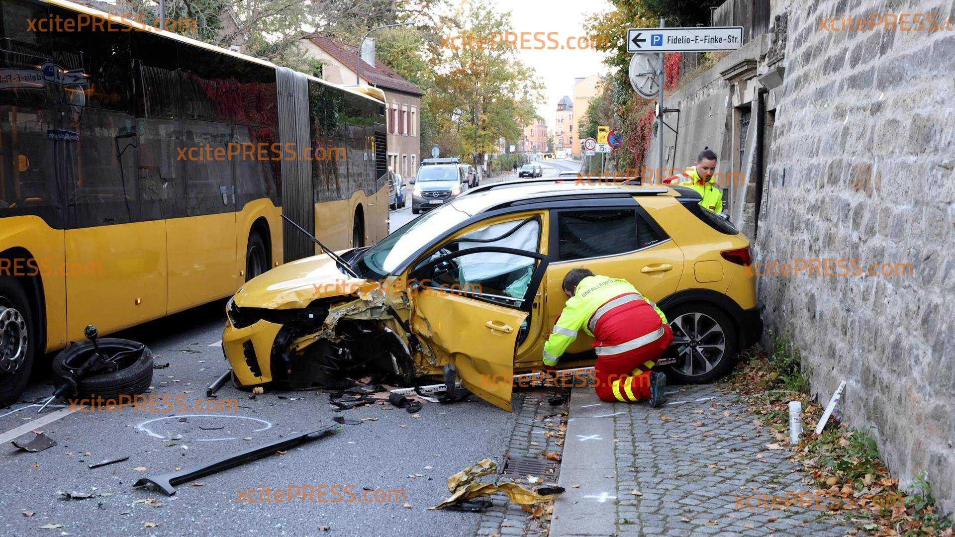 PKW kommt in Gegenverkehr und kollidiert mit Bus: Zwei Verletzte