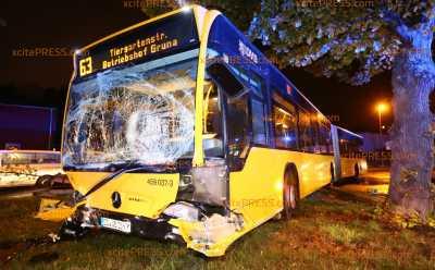 Bus rammt Transporter von Fahrbahn in Gebrauchtwagen-Handel: Vorfahrtsfehler von Transporterfahrer sorgt für vier Verletzte